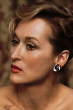 Meryl Streep - softness, depth, warmth, lots of brown, a hint of bronze. It's an old photo but the colours are carrying and the washed out effect is kind of nice for a Soft Autumn. Meryl Streep Joven, Meryl Streep Young, Gary Oldman, Selena Quintanilla, Female Actresses, Actors & Actresses, Hollywood Actresses, Old Hollywood, Grace Kelly