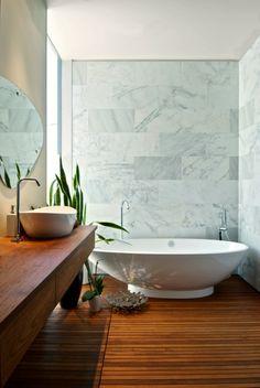meuble de salle de bains en teck, plancher en bois et murs en marbre