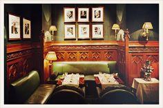 (eat&drink) Le Duke's Bar @ Opera  tout en boiseries, lumières douces et fauteuils en cuir vert a des airs de gentlemen's club anglais. Quelques notes de piano et un feu de cheminée discret, les initiés s'y retrouvent et font confiance au barman Gérard Bouidghagen, un prince du shaker. Ses cocktails sont parmi les plus recherchés de Paris. A noter , on y trouve l'un des meilleurs club sandwich de la ville. Hôtel Westminster, 13 rue de la Paix 75002 Paris 01 42 61 55 11