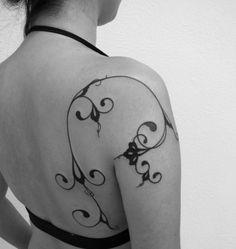 tatouage-arabesque-bras-dos-tatouage-ornemental-femme