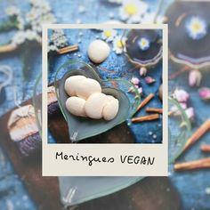 """Des meringues sans oeufs, c'est possible ! Grâce à l'aquafaba autrement dit l'eau des pois chiches. La seule différence que j'ai pu constater c'est que la préparation crue ne garde pas trop le volume. Et donc la préparation s'étale un peu, d'ou la forme de """"macaron""""  Vous obtiendrez quand même des meringues, fondantes, croustillantes et vraiment délicieuses ! Meringue, Aquafaba, Macaron, Dit, Veggies, Vegan, Breakfast, Chickpeas, Vegetarian Cooking"""