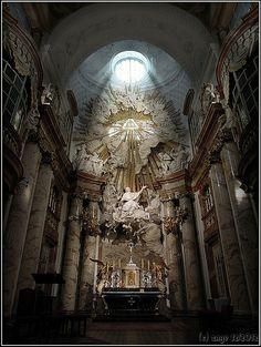Karlskirche-Wien-1.  Interior da bela Igreja Karlskirche, Igreja de S. Charles Borromeu,  na praça Karlsplatz, em Viena, Áustria. Acredita-se que esta seja a igreja barroca de maior destaque em Viena e um dos maiores edifícios da cidade.
