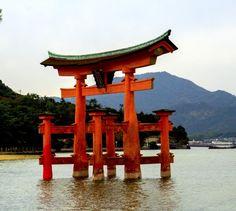 Grand torii flottant de l'île de Miyajima, Japon.