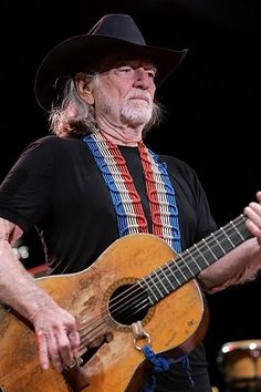 "Willie Nelson and his guitar ""Trigger"" Music Love, Good Music, My Music, Country Music Stars, Country Music Singers, Famous Guitars, Stevie Ray Vaughan, Beautiful Guitars, Jimmy Page"