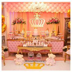 Decoração maravilhosa do @clubedamonicasc. . O tema princesa é um clássico. Nesta decoração, a mesa de capitonê exclusiva deu um toque lindo e os detalhes lhe conferiram luxo. #ideiasdebolosefestas #festaprincesas #festaluxo #princessparty #princesa #aniversariomenina #festamenina #festainfantil #beleza #festalinda #fiestaprincesa