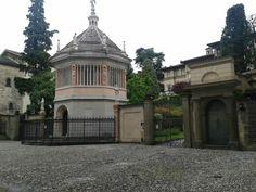 Bergamo (Italia) - Città alta: Il Battistero in Piazza Duomo