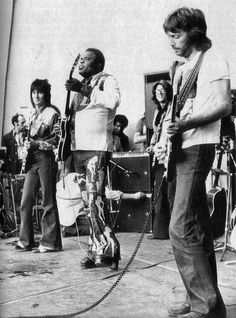 "Ronnie Wood, Texas blues legend Freddie King, a smiling Larry Coryell, and Eric Clapton playing ""Further on Up the Road"" at Crystal Palace Garden Party IX, July Music Pics, Music Photo, Music Images, Music Stuff, Eric Clapton, Blues Music, Pop Music, Classic Blues, Classic Rock"
