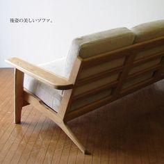 部屋の真ん中に置きたくなる後ろ姿にもこだわった美しいソファ。北欧家具 カフェ 無垢材 カフェのような居心地の良さを作り出す3人掛けソファ