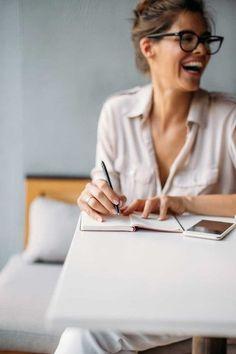 Inspiration für lebendige Businessfotografie | Inspiration Pose für ein Fotoshooting in dem Deine Persönlichkeit rüber kommt. Achte bei der Wahl Deines Fotografen darauf, dass er Dich und Dein Business versteht und beides in einem Bild perfekt vereinen kann, damit Du eine schöne und aussagekräftige virtuelle Visitenkarte erhältst. Businessfotografie Frauen
