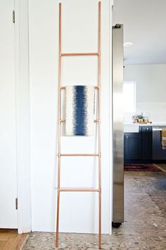 A step-by-step guide to a DIY copper ladder. Supply list: 2 diameter copper plumbers pipe 4 copper caps 10 copper tees Pipe cutter Cut list: Top and bottom: 4 x 14 inches length copper pipe Five rungs: 5 x 12 inches Mid section: 8 x 10 inches Diy Ladder, Ladder Decor, Diy Bedroom Decor, Diy Home Decor, Copper Crafts, Diy Zimmer, Diy Interior, Interior Design, Deco Design