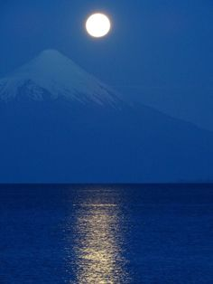 La luna llena, volcán Osorno y Lago Llanquihue en el sur de Chile Vollmond am Osorno Vulkan und See Llanquihue im Süden Chiles