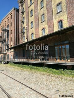 Kopfsteinpflaster und alte Schienen vor den alten Lagerhäusern an der Hafenpromenade in Münster in Westfalen im Münsterland