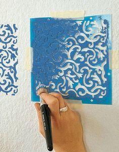 Gemalte Muster schaffen mit wenig Aufwand Atmosphäre. Ob geometrische Ornamente oder Blumengirlanden, mit Wandschablonen können Sie Ihrer Wand den letzten Schliff verleihen. (Foto: MIG)