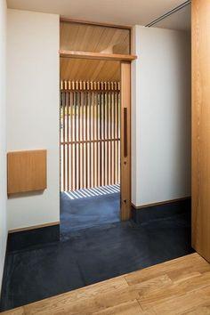 自然の恵みを感じる家の部屋 玄関・玄関引戸 Pavilion Architecture, Residential Architecture, Interior Architecture, Japanese Sliding Doors, Modern Japanese Architecture, Sustainable Architecture, Zen House, Traditional Japanese House, Narrow House