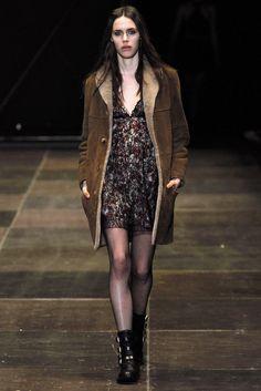 Saint Laurent Parigi - Collections Fall Winter - Shows - Vogue. Fashion Week, 90s Fashion, Runway Fashion, High Fashion, Fashion Show, Fashion Outfits, Fashion Design, Fall Fashion, Hipster Shirts