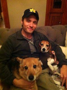 Seamus Dever (Kevin Ryan from Castle) has a beagle? Baby Beagle, Beagle Puppies, Cute Puppies, Cute Dogs, Castle 2009, Castle Tv, Mans Best Friend, Best Friends, Seamus Dever