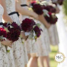 """Bridesmaid ou demoiselle - É que algo como """"amigas de honra"""". É uma versão adulta das damas de honra. O costume não é tão comum no Brasil, mas já tem muitas noivas importando a ideia americana e canadense. As melhores amigas da noiva, além de testemunharem o amor do casal, ajudam na preparação do casamento e usam vestidos especiais."""