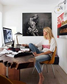 Looking for work from home outfit ideas to help you feel pretty and confident while working? Well, this article will give you the cute and comfortable outfit ideas you are looking for! Home Office Design, Home Office Decor, House Design, Home Decor, Office Ideas, Appartement New York, Interior And Exterior, Interior Design, Interior Ideas