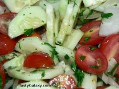 Are you looking for a simple and healthy Low Carb Cucumber Tomato Salad? This keto and vegan cucumber and tomato salad is healthy, easy to make and delicious! Cucumber Tomato Salad, Onion Salad, Summer Salad Recipes, Summer Salads, Healthy Summer, Sin Gluten, Gluten Free, Grape Tomato Recipes, Black Bean Salad Recipe