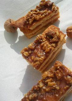 Sękaczek Pyszne kruche ciasta przełożone masą jabłkową a na wierzchu chrupiące, karmelowe orzeszki.