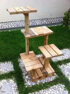 Having the arrangement of pallet into quite a favorable fantastic idea of the outdoor creation look so superb. It makes your house give out the impression as if you are back in the old era house where you support small creation for your house garden areas Cat Tree House, Cat House Diy, Diy Pallet Projects, Wood Projects, Woodworking Projects, Pallet Ideas, Woodworking Plans, Recycled Pallets, Wood Pallets