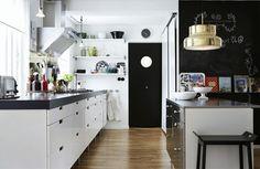 Weiße Wandfarbe kombiniert mit schwarzem Tafellack