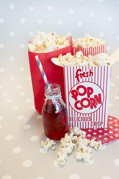 Decoración de fiestas. Bolsas de papel y cajitas de cartón Popcorn. Botellita de cristal y pajita de rayas azules y rojas. Blonda roja lunares blancos.