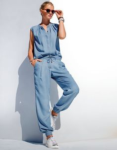 MADELEINE Lightblue trousers - Casual style with slanted pockets, pleats and wide legs, perfectly finished with an elasticated band at the hems.