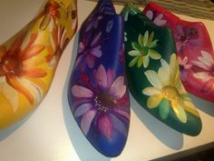 HORMAS PINTADAS CON FLORES A MANO Shoe Crafts, Diy And Crafts, Decoupage, Shoe Molding, Old Shoes, Store Displays, Painted Shoes, Recycled Art, Tree Art