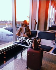Durante à espera no aeroporto, aquela leitura boa . While waiting at the airport, that good read. Instagram Pose, Instagram Story Ideas, Plane Photography, Photography Poses, Travel Pictures, Travel Photos, Tumblr Travel, Airport Photos, Plane Photos