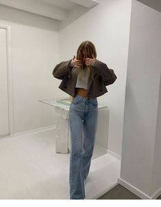 How to style a cropped blazer and jeans for a day trip to the museum. The easiest way to look chic wearing wide leg jeans and sandals Mode Outfits, Jean Outfits, Fashion Outfits, Fashion Ideas, Club Outfits, Club Dresses, Fashion Tips, Fashion Beauty, Fashion Trends