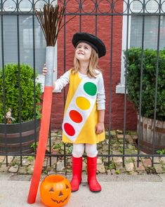 How to make an easy giant paint brush from a pool noodle and chenille pipe cleaners. Such a cute prop to add to a Little Artists Watercolor Paint Box DIY Halloween costume. Diy Halloween Costumes For Girls, Diy Scarecrow Costume, Little Girl Costumes, Toddler Costumes, Baby Costumes, Halloween Kids, Costume Ideas, Halloween 2017, Ugly Xmas Sweater