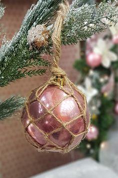 Αναβαθμίστε παλίες μπάλες με σπάγκο και φτιάξτε μόνη σας καινούριες με χριστουγεννιάτικα υλικά. Βρείτε ιδέες στο άθρο μας για χειροποίητες χριστουγεννιάτικες μπάλες.  #diyornaments #diyxmascrafts #xmascrafts #xmas2020 #christmas #christmas2020 #gouria2020 #xmascharms #xmas2020 #christmas2020 #diyxmas #gouria #barkasgr #barkas #afoibarka #μπαρκας #αφοιμπαρκα #imaginecreategr