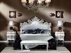 un lit, une banquette et deux chevets baroque, plafonnier splendide et décoration murale style ancien