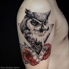 Today were going to step again into the world of animal tattoos bringing you 50 of the most beautiful owl tattoo designs, explaining their meaning. Neue Tattoos, Body Art Tattoos, Sleeve Tattoos, Circle Tattoos, Trendy Tattoos, Tattoos For Guys, Cool Tattoos, Fish Tattoos, Owl Tattoo Design