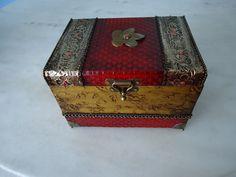 Bau com textura dourada e vermelha , com latonagem envelhecida . www.elo7.com.br/esterartes