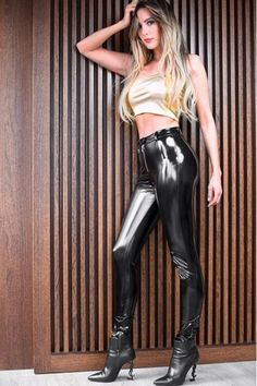 Patent Leather Leggings, Leather Pants Outfit, Black Leather Pants, Bright Pants, Latex Pants, Leder Outfits, Shiny Leggings, Leather Fashion, Fashion Pants