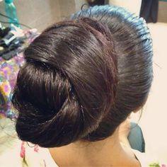 No photo description available. Long Hair Ponytail, Bun Hairstyles For Long Hair, Wedding Hairstyles, Beautiful Buns, Beautiful Long Hair, Casual Wedding Hair, Knot Bun, Big Bun, Super Long Hair