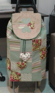 Marvelous Make a Hobo Bag Ideas. All Time Favorite Make a Hobo Bag Ideas. Patchwork Cushion, Patchwork Bags, Quilted Bag, Cabas A Roulette, Sewing Tutorials, Sewing Projects, Rolling Bag, Shopping Cart Cover, Trolley Bags