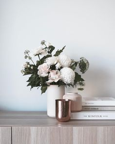 Pretty blooms & journals and things! Also yassss for the footy being back! Living Room Decor, Bedroom Decor, Interior Styling, Interior Design, Decoration Plante, Deco Floral, Deco Table, Home Decor Inspiration, Decor Ideas