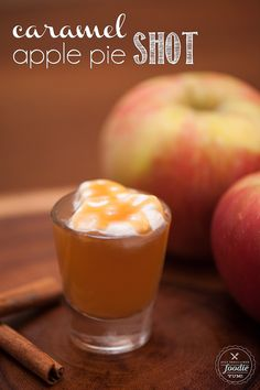 A Caramel Apple Pie Shot made with apple vodka is super easy to make and is so delicious, you'll be wishing this fall drink was served year round! Caramel Apple Shots, Apple Pie Shots, Apple Pie Vodka, Apple Pie Drink, Caramel Vodka, Caramel Apples, Yummy Shots, Yummy Drinks, Easy Shots
