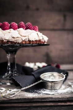 Brita cake is a traditional Finnish cake with a layer of meringue, whipped cream and fresh berries. This Raspberry Meringue Cake is a perfect combination! Lemon Desserts, No Bake Desserts, Delicious Desserts, Merengue Cake, Raspberry Meringue, Cake Recipes, Dessert Recipes, Cupcake Cakes, Cupcakes