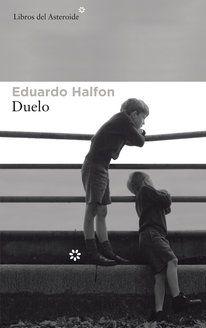 Eduardo Halfon, el autor guatemalteco, siempre indagando en los mecanismos de la construcción de la identidad, se sumerge en aquellos que se originan en las relaciones fraternales: duelo como combate que se inicia con el nacimiento de un hermano y duelo también como luto por su muerte.