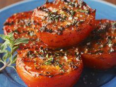 Gegrillte Kräutertomaten ist ein Rezept mit frischen Zutaten aus der Kategorie … Grilled Herb Tomato is a recipe with fresh ingredients from the fruit vegetable category. Try this and other recipes from EAT SMARTER! Grilling Recipes, Vegetable Recipes, Vegetarian Recipes, Healthy Recipes, Snacks Recipes, Vegetarian Grilling, Vegan Barbecue, Grilled Tomatoes, Grow Tomatoes