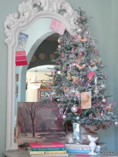 A valentines day tree! I love it! leave it to the decorologist to create something so beautiful...