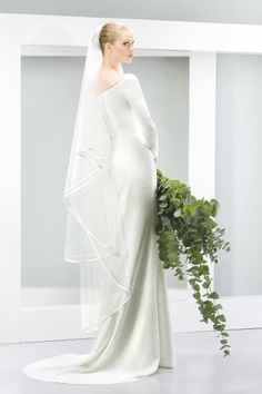 How to find the wedding dress for your shape: http://www.weddingandweddingflowers.co.uk/article/264/how-to-find-the-wedding-dress-for-your-shape