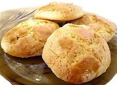 Les (petits) pains de la Toussaint ou «bolos ou bolinhos dos Santos» sont des petits pains sucrés à base de farine, sucre, lait, oeuf, huile,Lire la suite Crunch, Bread, Cooking Recipes, Culture, Dios, Santos, Cakes, Sweet Bread, Sweet Dinner Rolls