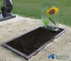 Glazen grafmonumenten gemaakt door glasatelier Art Emotions, onderdeel van Eijgelaar Natuursteen. Zie ook onze website: http://www.eijgelaar.nl/grafmonumenten/glazen-grafmonumenten