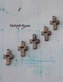 Pour la fabrication de vos bijoux fantaisie sur le thème de la religion, voici un lot de 5 breloques en forme de petites croix, avec un coeur découpé au centre.