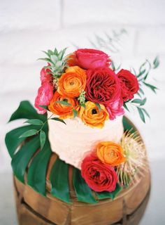 Ah, a perfectly perfect little tropical cake! - 17 Tropical Wedding Cakes Perfect for Summer Weddings Wedding Cake Toppers, Wedding Cakes, Hawaii Wedding Cake, Backyard Engagement Parties, Hawaian Party, Decoration Evenementielle, 100 Layer Cake, Tropical Party, Tropical Paradise